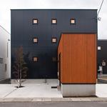 シャープな黒い箱の中で変化に富んだ空間を楽しむ家